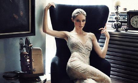 Фото Девушка сидит в кресле и смотрит фильм (© Krista Zarubin), добавлено: 12.06.2011 12:34