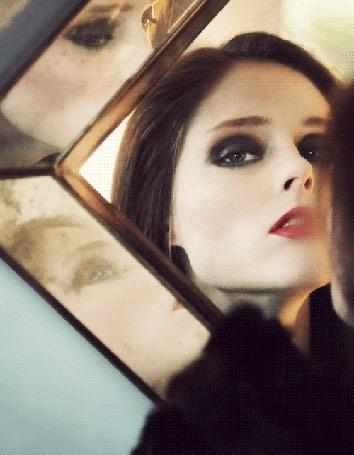 Фото Девушка смотрит в зеркало (© Krista Zarubin), добавлено: 12.06.2011 12:35