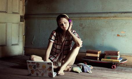 Фото Девушка слушает музыку в наушниках
