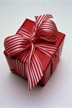 Фото Красный подарок обязанный лентой в бело-красную полоску (© Юки-тян), добавлено: 13.06.2011 10:25
