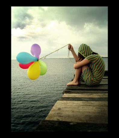 Фото Девушка с шарикми на деревяном помостке