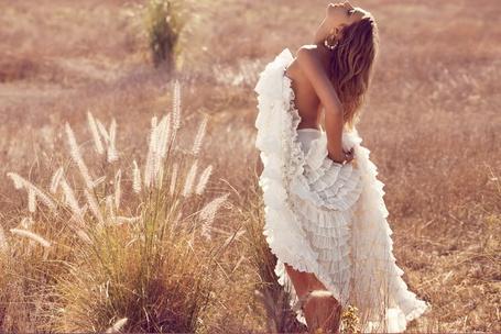 Фото Модель Лили Дональдсон / Lily Donaldson прикывает голую грудь подолом длинной белою юбки, стоя в поле (© pluton), добавлено: 25.06.2011 16:07