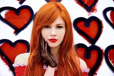 Фото Красивая девушка в черных перчатках возле разрисованной сердечками стены (© Шепот_дождя), добавлено: 27.06.2011 19:35