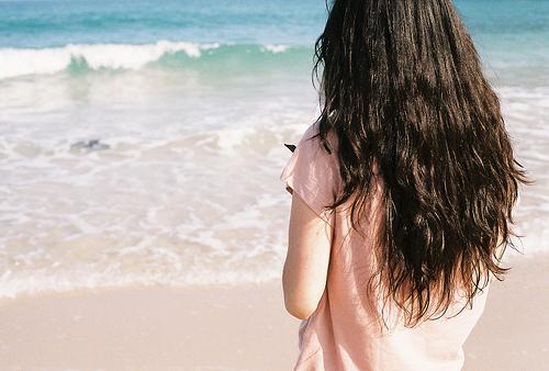 Фото Девушка в розовой майке на фоне моря