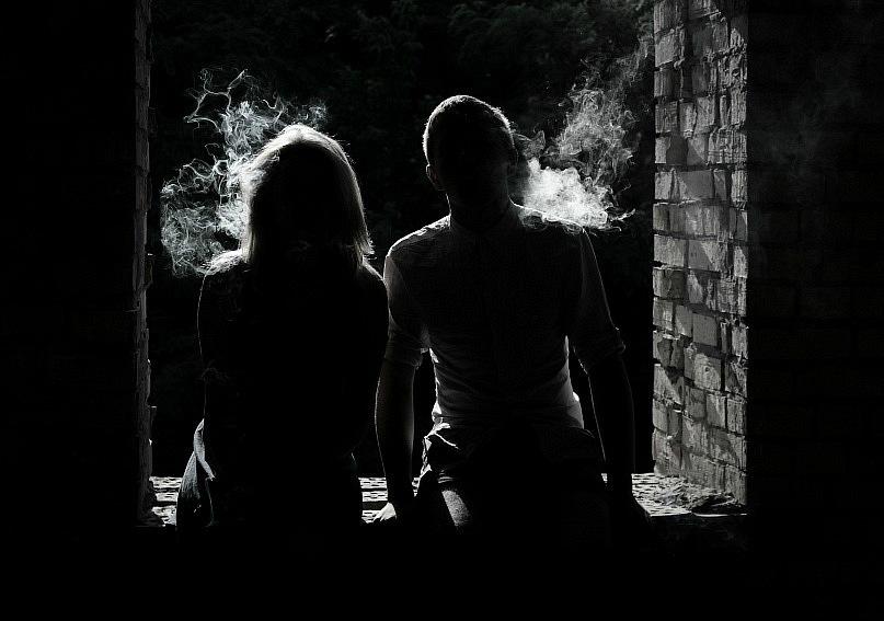 Девушки парень в темноте