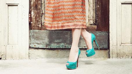 Фото Девушка в зеленых туфлях с развивающейся юбкой (© Anastasia_Ищтв), добавлено: 04.07.2011 12:38