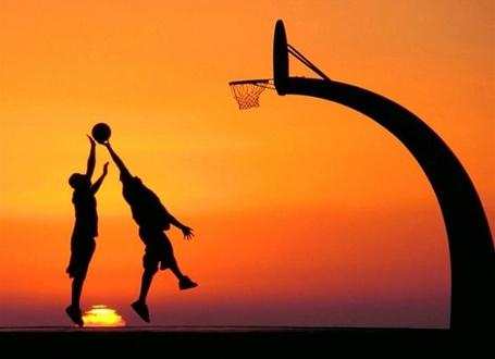 Фото Два парня играют в баскетбол на закате