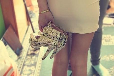 Фото Девушка с ботинками (© Шепот_дождя), добавлено: 11.07.2011 00:54