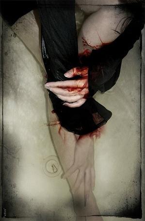 Фото Девушка с порезанными венами в ванной