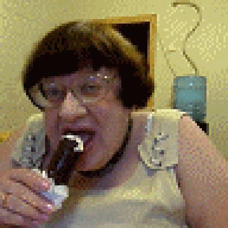 Фото Новодворская жадно ест мороженое