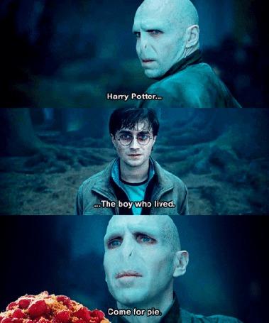 Фото Гарри Поттер и Воландеморт (Гарри Поттер... Мальчик, который выжил. Иди за пирогом.) (фильм 'Гарри Поттер')
