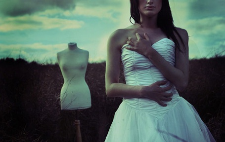 Фото Девушка в белом платье в поле позади стоит маникен (© Шепот_дождя), добавлено: 18.07.2011 22:39