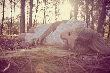 Фото Девушка лежит на земле в лесу
