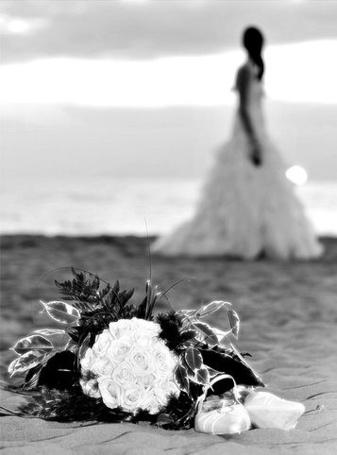 Фото Свадебный букет и одинокая невеста