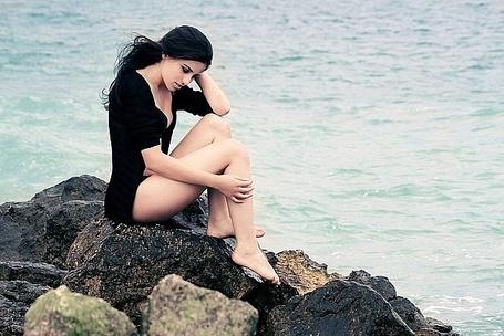 Фото Девушка сидит на камне у воды (© Шепот_дождя), добавлено: 22.07.2011 22:26