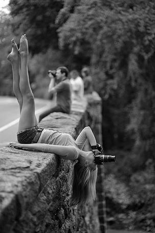 Фото Девушка фотографирует в необычном положении (© Радистка Кэт), добавлено: 29.07.2011 18:54