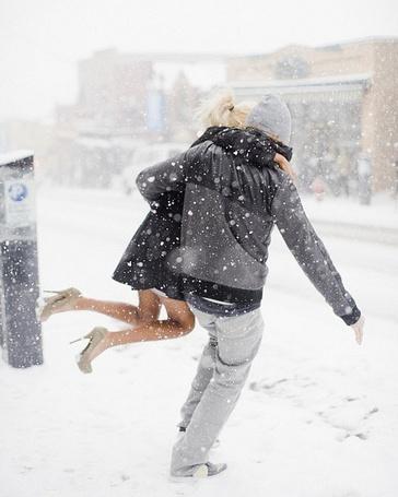 Фото Парень несет девушку под снегопадом (© Шепот_дождя), добавлено: 30.07.2011 01:02