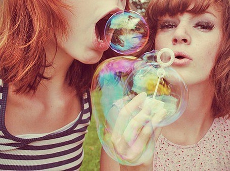Фото Девушка пытается съесть мыльный пузырь (© Юки-тян), добавлено: 31.07.2011 14:38