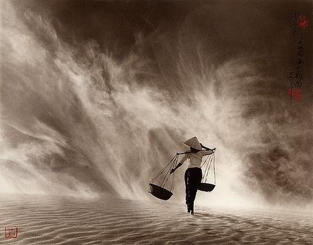 Фото Девушка идёт по пустыне (© Флориссия), добавлено: 31.07.2011 18:21