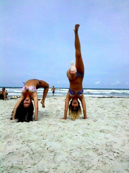 данном фото девушка делает мостик на пляже был пойман