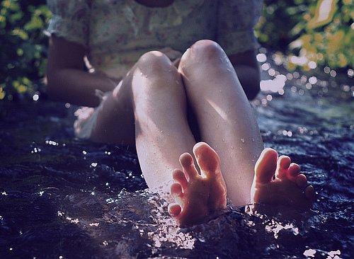 ноги девушки в воде фото - 2