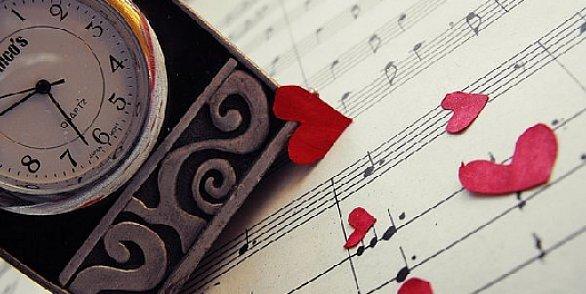 Фото Часы, нотная тетрадь и сердечки