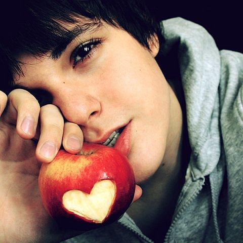 Фо�о Па�ен� � яблоком на ко�о�ом изоб�ажено �е�д�е