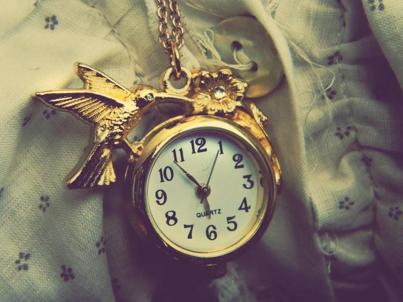 золотые часы на цепочке