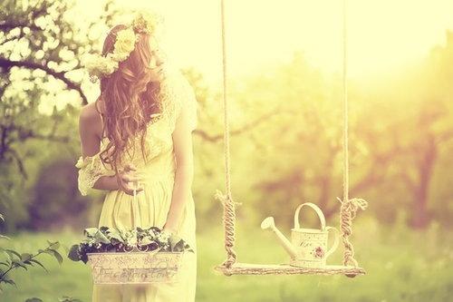 Фото девушка с корзиной цветов стоит у