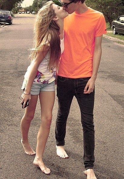 Фото парень и девушка идут по дороге