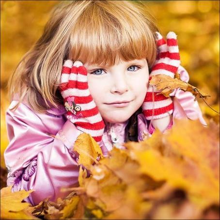 Фото Девочка среди листвы