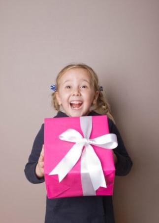 Фото Девочка с подарком (© Юки-тян), добавлено: 02.08.2011 11:26