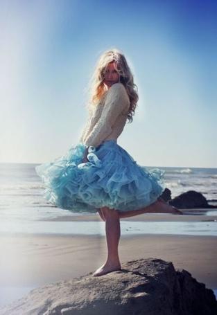 Фото Девушка на камне в голубой юбке (© Штушка), добавлено: 02.08.2011 15:51