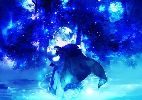 Фото Мальчик ночью окруженный неоновыми звёздочками стоит в воде