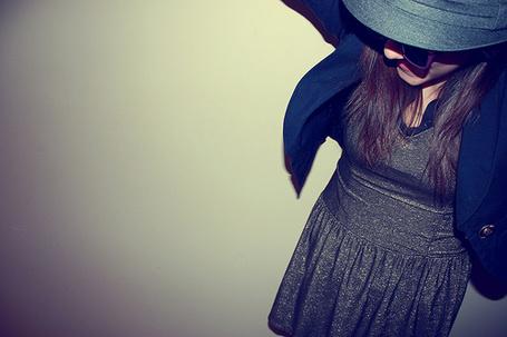 Фото Девушка в платье,шляпе и  очках стоит у стены (© Lola_Weazlik), добавлено: 03.08.2011 23:25