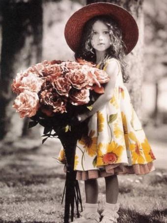 Фото Девушка в ярком платье с огромным букетом цветов (© Юки-тян), добавлено: 04.08.2011 10:31