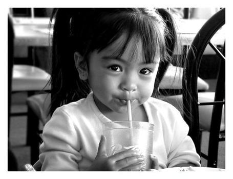 Фото Девочка пьёт напиток