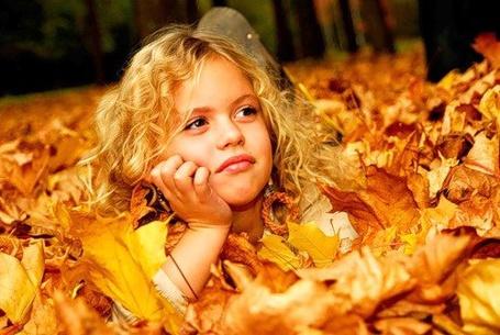 Фото Девочка среди опавших листьев