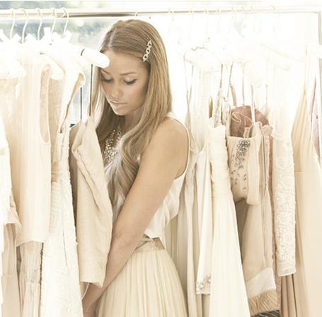 Фото Девушка в магазине выбирает себе платье (© Lola_Weazlik), добавлено: 05.08.2011 11:41