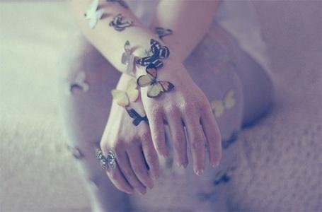 Фото Бабочки у девушки сидят на руках (© Флориссия), добавлено: 05.08.2011 19:57