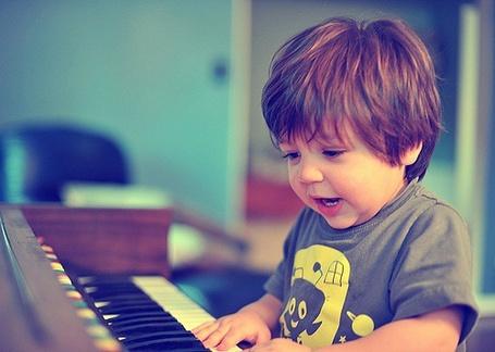 Фото Мальчик играет на синтезаторе (© Юки-тян), добавлено: 06.08.2011 12:41