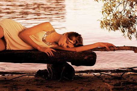 Фото Девушка прилегла на скамейкё на берегу озера (© Volkodavsha), добавлено: 06.08.2011 23:10
