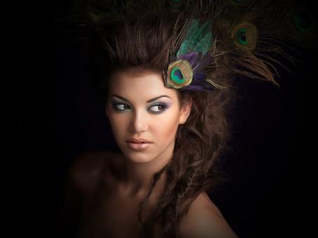 Фото Красивая девушка с украшением на голове из павлиньего пера (© Lola_Weazlik), добавлено: 08.08.2011 00:20