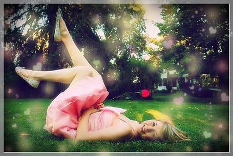 Фото Весёлая девушка лежит на траве (© Флориссия), добавлено: 10.08.2011 17:45