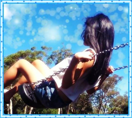 Фото Девушка катается на качелях