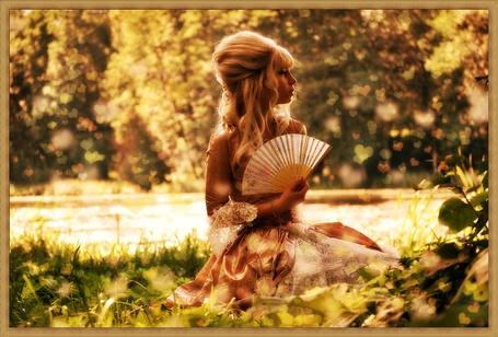 Фото Девушка с веером сидит на траве (© Флориссия), добавлено: 11.08.2011 20:47