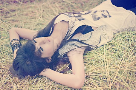Фото Девушка лежит на траве (© Юки-тян), добавлено: 12.08.2011 09:30