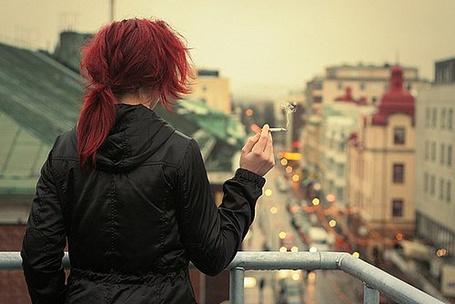 Фото Девушка наблюдает за городской суетой (© Юки-тян), добавлено: 12.08.2011 22:28