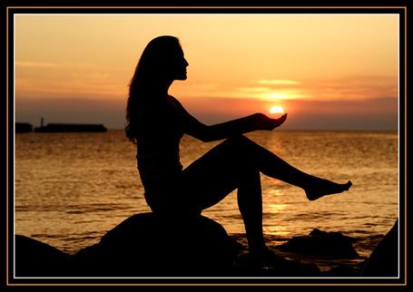 Фото Девушка на море держит солнце на ладонях (© Volkodavsha), добавлено: 13.08.2011 09:50