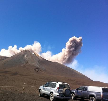 Фото Машины едут к вулкану